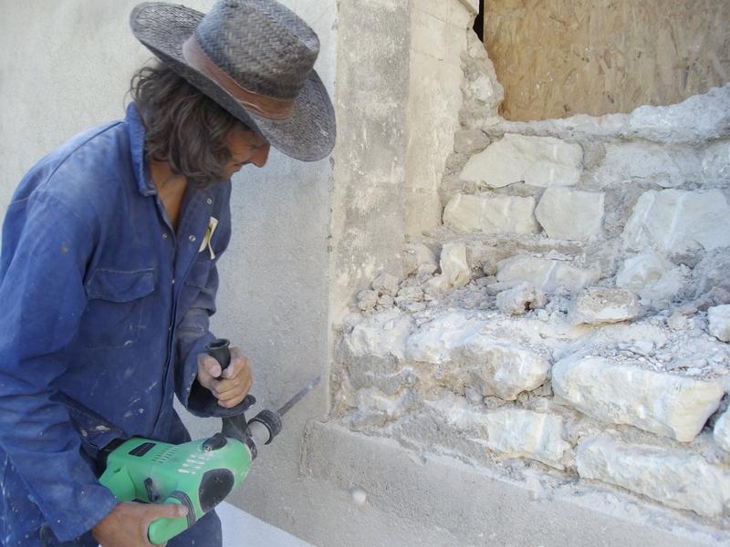 Miguel attaque le mur avec le marteau-piqueur vert